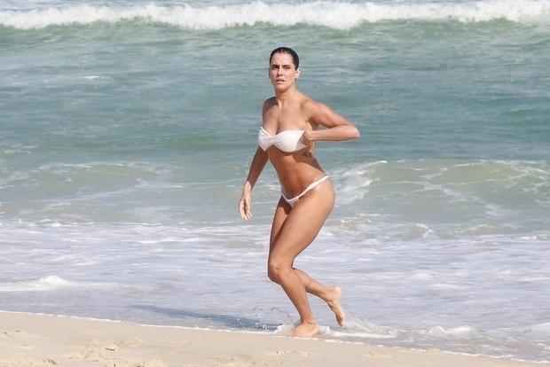 2.mai.2015 - Grávida de seis semanas, Deborah Secco é fotografada durante tarde na praia da Barra da Tijuca, no Rio. Pelas imagens, ainda não é possível perceber a barriguinha de gestação da atriz