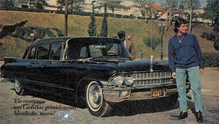 """1966 - Roberto Carlos posa para a Revista Intervalo. Na legenda da imagem, a descrição da nova aquisição do Rei: """"Ele comprou um Cadillac presidencial blindado, mora!"""""""
