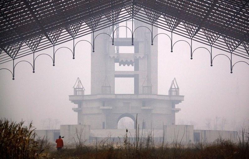 """4.abr.2015 - Imagina um parque nos moldes do Walt Disney World, na Flórida, Estados Unidos, completamente abandonado. É isso o que espera quem visitar a Wonderland (""""Terra das Maravilhas"""", em português), que fica a 32 quilômetros de Pequim, na China. No local,  é possível encontrar vestígios do que seria o maior parque temático da Ásia, cuja construção foi interrompida em 1998 após divergências entre os construtores e o governo chinês. O resultado é uma gigantesca área abandonada, que foi clicada pelo fotógrafo David Gray para o site gringo The Atlantic"""