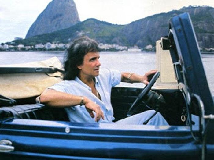 Em 1994, Roberto Carlos em seu Calhambeque, que anos depois seria reformado pela equipe do amigo Emerson Fittipaldi