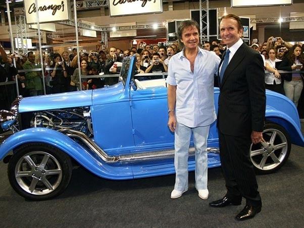 Roberto Carlos e o seu Calhambeque Ford T 1929, reformado por uma equipe de 20 pessoas do amigo e ex-piloto de Fórmula 1, Emerson Fittipald. Na imagem, o cantor aparece no Salão de Acessórios, em São Paulo, em 2008