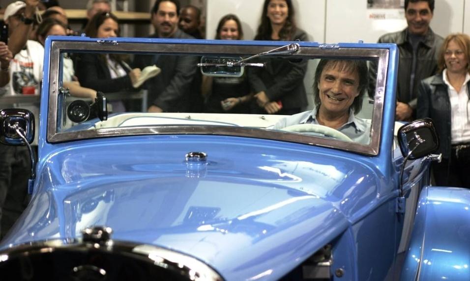 Em 2008, o amigo e ex-piloto de Fórmula 1 Emerson Fittipaldi reformou o Calhambeque Ford T 1929 do cantor Roberto Carlos