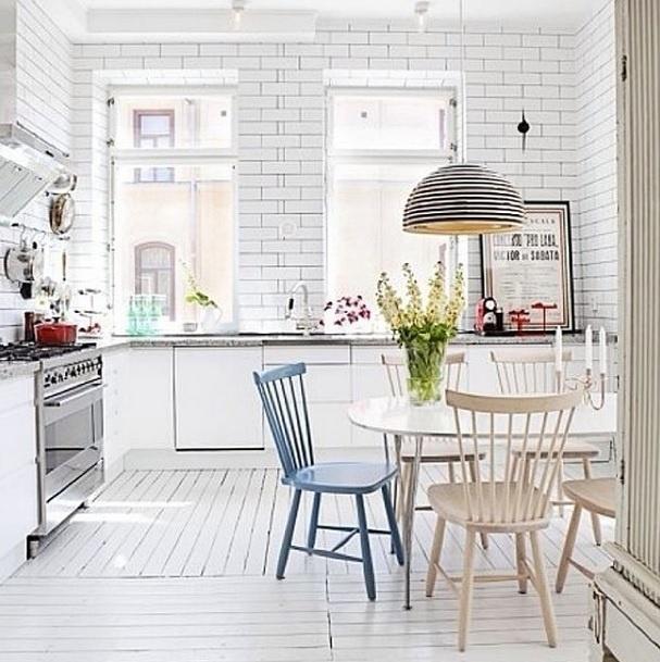 """A imagem, postada no perfil do Instagram Pardon Le Interior, que pesquisa tendências ecléticas no design de interiores e na música, mostra essa cozinha """"brilhante e espaçosa"""", como diz na legenda da imagem"""