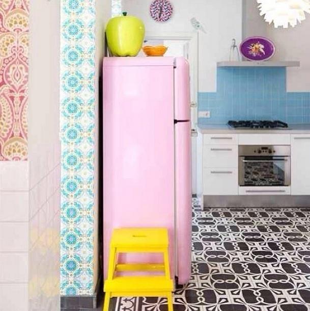 """Esta cozinha é conhecida como o coração da casa. """"Colorida, divertida e interessante"""", diz a legenda da foto, publicada no perfil Miss Lanea no Instagram"""