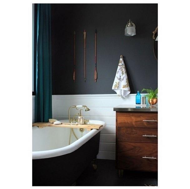 Imagem postada no perfil Décor Aid que chama atenção para a cor escura do ambiente