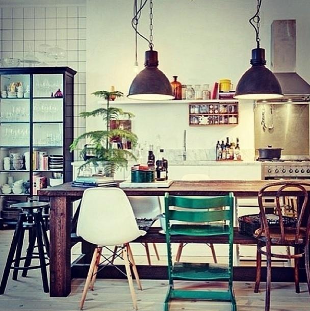 """Imagem postada no perfil do Instagram Pardon Le Interior, que traz uma dica: """"Combine diferentes tipos de cadeiras"""", diz a legenda"""
