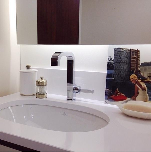 Parte da decoração do banheiro de um apartamento na França. Imagem postada pelo perfil Flodeau, no Instagram