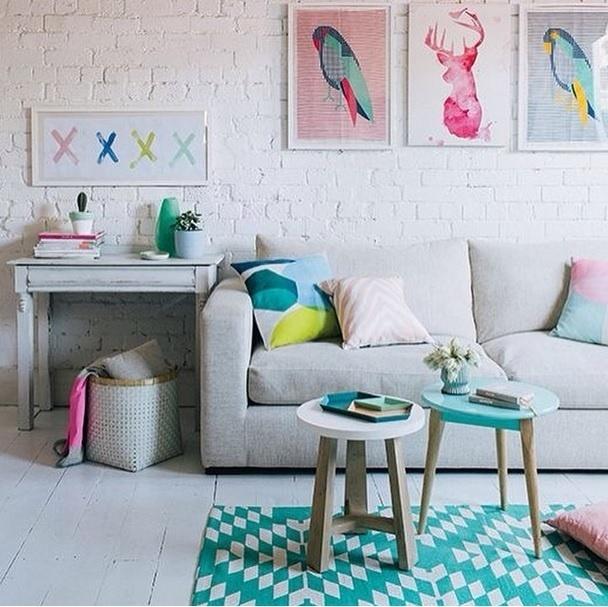 SALAS DE ESTAR - Simples combinação de cores. Imagem postada no perfil Miss Lanea
