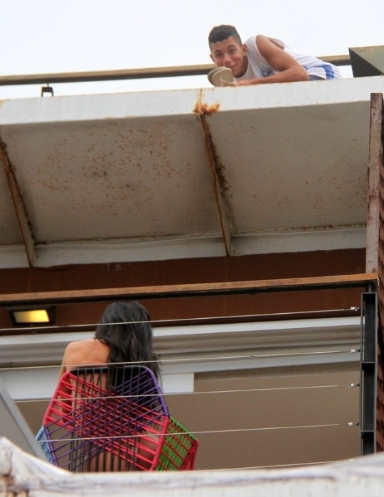 5.mai.2015 - Gracyanne Barbosa estrelou ensaio provocante nas escadarias do morro do Vidigal, no Rio de Janeiro. Em outras imagens, a beldade sarada aparece em poses sexy, fazendo topless na varanda de uma das casas da comunidade