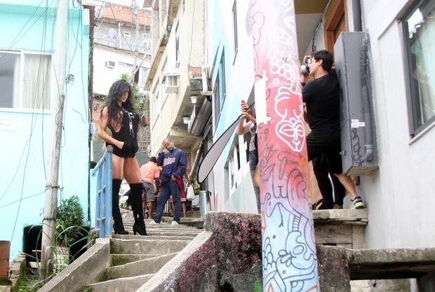 5.mai.2015 - Gracyanne Barbosa estrelou ensaio provocante nas escadarias do morro do Vidigal, no Rio de Janeiro. Nas fotos, a mulher de Belo aparece de botas de cano alto, fio-dental e um dos seios quase à mostra