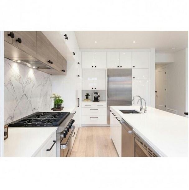 Cozinha branca criada pela designer de interiores Veronica Martin. Imagem postada no perfil Casa Vogue Brasil, no Instagram