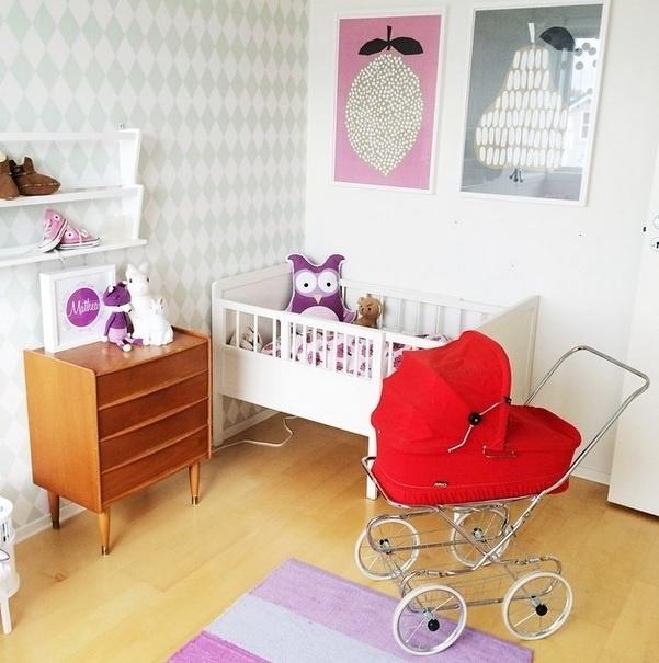 Inspiração de decoração para quarto de bebê. Imagem postada no perfil Fargebarn, no Instagram