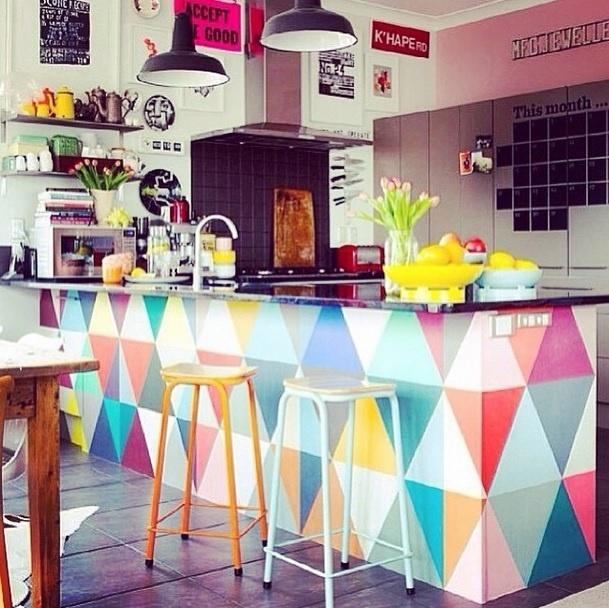 Inspiração para uma cozinha bem colorida. Imagem postada no perfil  Decora.me, no Instagram