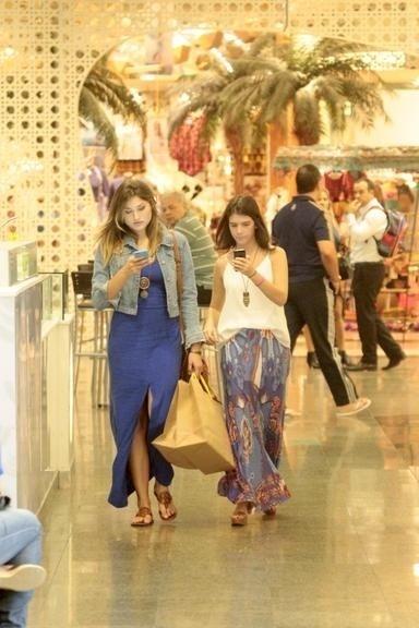 8.mai.2015 - Enquanto passeia com uma amiga em um shopping do Rio de Janeiro, Sasha se distrai mexendo no celular