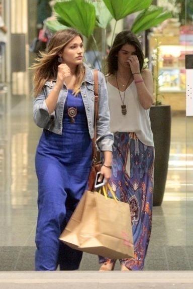 8.mai.2015 - Sasha é vista passeando com amiga em um shopping do Rio de Janeiro
