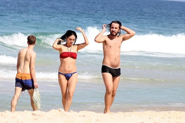 10.mai.2015 - Aos 52 anos, a atriz Claudia Ohana mostrou que está com tudo em cima ao curtir o dia de sol na praia de Ipanema, no Rio de Janeiro