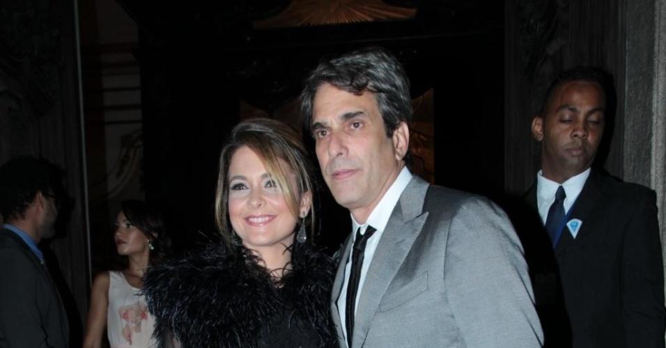 12.mai.2015 - Acompanhada do marido, José Henrique Fonseca, a atriz Claudia Abreu foi ao casório de Preta Gil e Rodrigo Godoy com um vestido curto preto com brilho