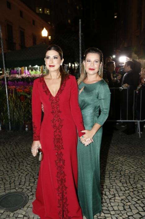 12.mai.2015 - As madrinhas Fernanda Paes Leme e Fernanda Souza posam juntas no casório de Preta Gil e Rodrigo Godoy, na noite desta terça-feira, no Rio de Janeiro