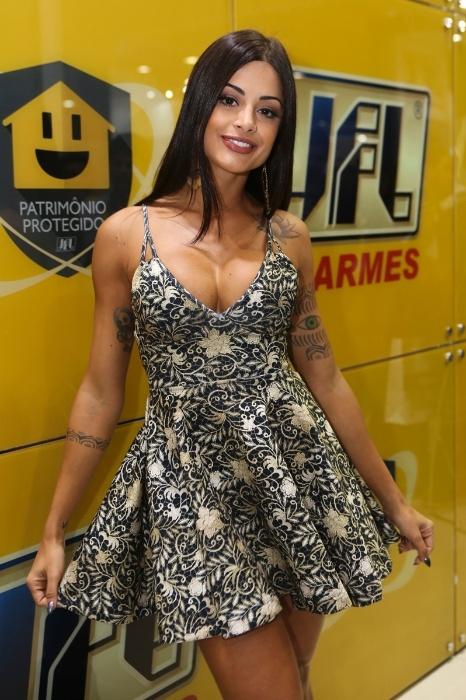 """14.mai.2015 - Com um vestidinho curto bem decotado, a bailarina e atual """"musa da cerveja"""", Aline Riscado, chamou a atenção em uma feira de segurança organizada em São Paulo"""