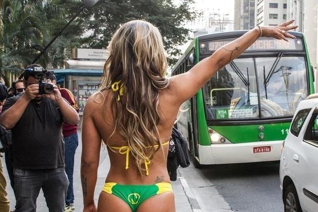 15.mai.2015 - Dani Sperle faz sinal para pegar o ônibus na avenida Paulista
