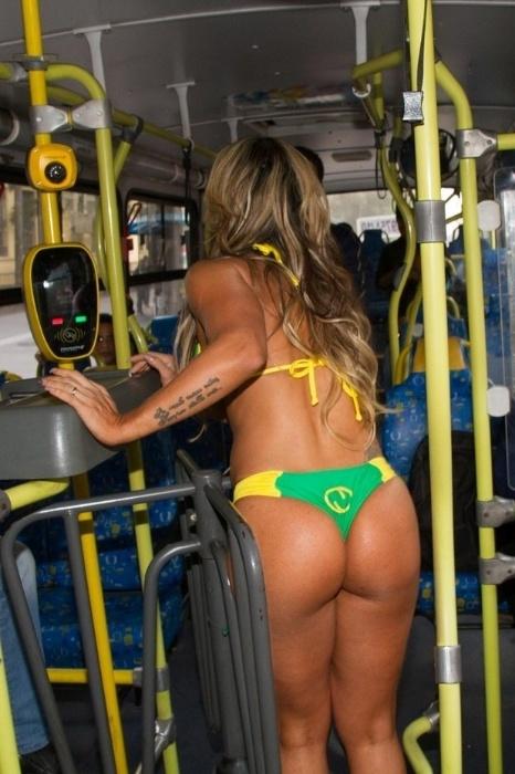 15.mai.2015 - Dani Sperle passa a catraca do ônibus