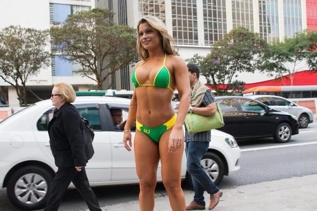 15.mai.2015 - Dani Sperle resolveu encarar o frio de São Paulo só de biquíni para participar de uma gravação para o documentário do concurso Miss Bumbum. A gata, que circulou pela avenida Paulista, resolveu pegar um ônibus, surpreendendo os passageiros do coletivo.
