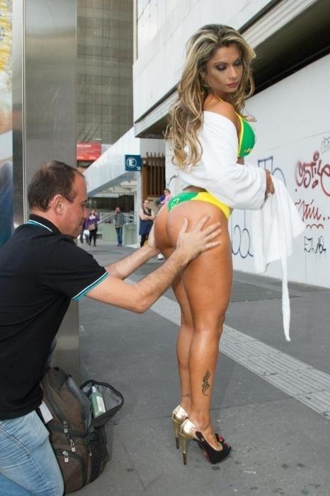 15.mai.2015 - Dani Sperle se prepara para enfrentar o frio de São Paulo só de biquíni em plena avenida Paulista