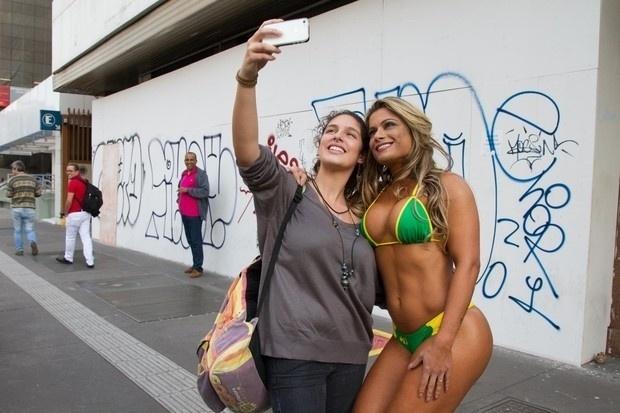 15.mai.2015 - Dani Sperle tira fotos com fãs na avenida Paulista