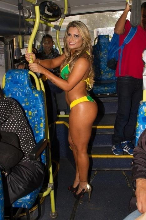 15.mai.2015 - Deixando os passageiros surpresos, Dani Sperle posa só de biquíni dentro de um ônibus em São Paulo