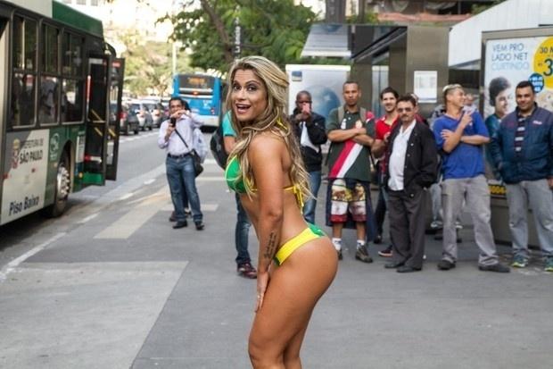 15.mai.2015 - Na avenida Paulista, Dani Sperle se prepara para pegar o ônibus