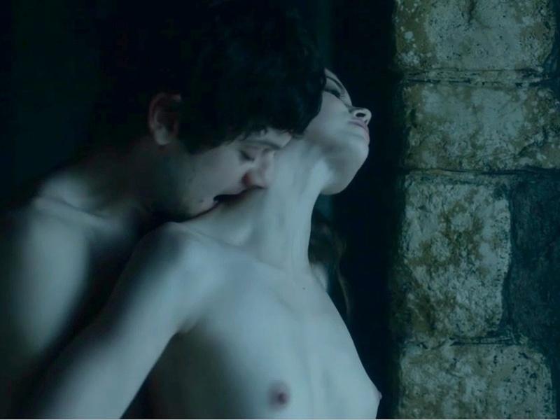 """16.mai.2015 - Os fãs do seriado """"Game of Thrones"""" já estão acostumados com as cenas bem picantes da série. Desta vez, foi a atriz britância Charlotte Hope que protagonizou uma tórrida cena de sexo em cena. Que calor!"""