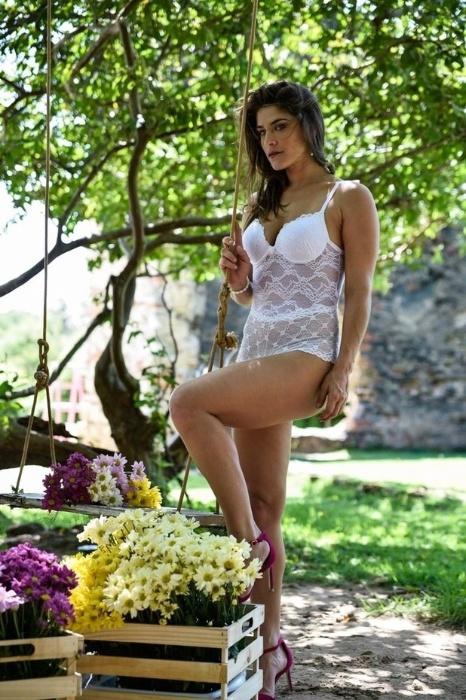 18.mai.2015 - Priscila Fantin posa sensual e exibe ótima forma em ensaio de lingerie