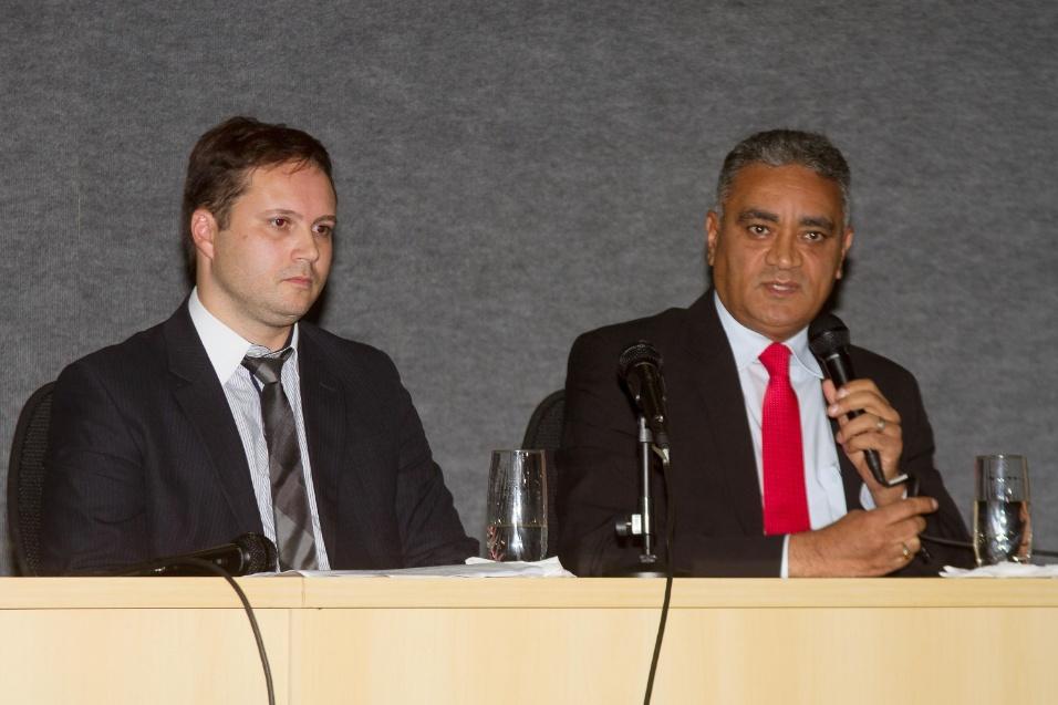21.mai.2015 - O chefe da CGU, Moacir Rodrigues (à direita) e o delegado PF Mauricio Todesquini (à esquerda) falam sobre a 13ª fase da Operação Lava Jato durante coletiva de imprensa na sede da Polícia Federal em Curitiba (PR), nesta quinta-feira (21)