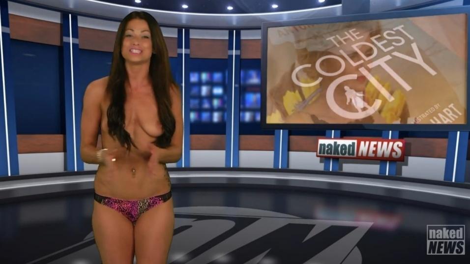 """22.mai.2015 - Só usando uma calcinha rosa, Madison segue apresentando o """"Naked News"""""""