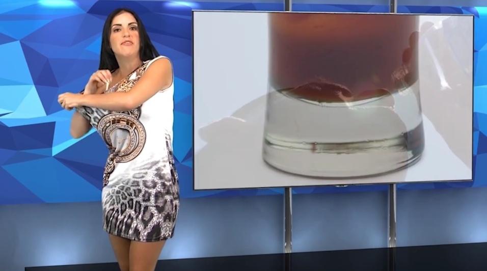 23.mai.2015 - Agora, a apresentadora começa a tirar a outra parte da roupa