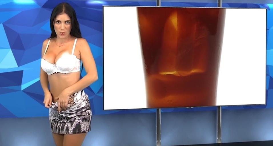 23.mai.2015 - Com o sutiã à mostra, Karen continua falando normalmente com o telespectador