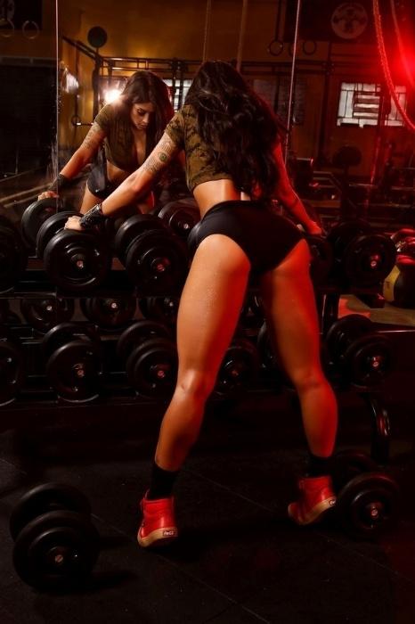 23.mai.2015 - Fitness, Aline Riscado posou para um ensaio fotográfico de uma marca de suplementos