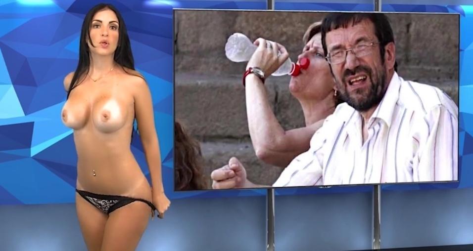 """23.mai.2015 - Karen aparece tirando a calcinha no """"Desnudando la Notícia"""""""