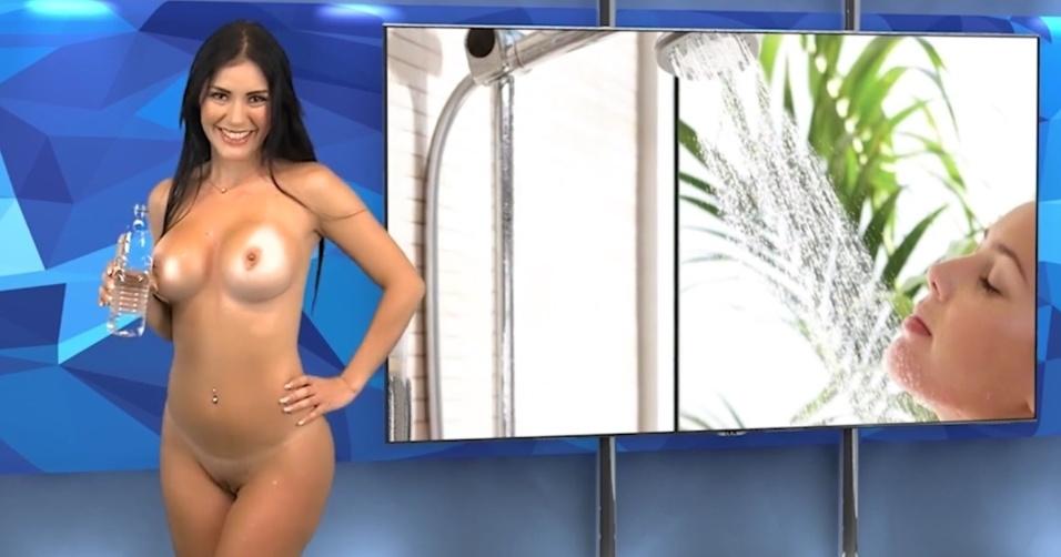 """23.mai.2015 - Karen encerra o """"Desnudando la Notícia"""", telejornal venezuelano que deixa as apresentadoras completamente nuas enquanto dão as notícias ao público"""