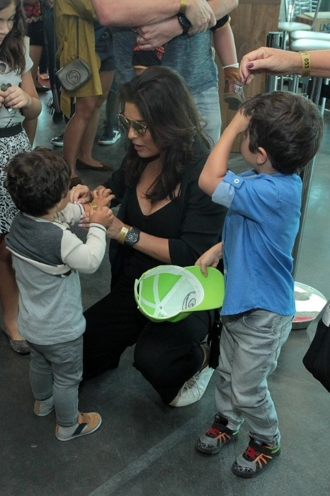 24.mai.2015 - A atriz foi cuidadosa com os filhos antes de o espetáculo começar