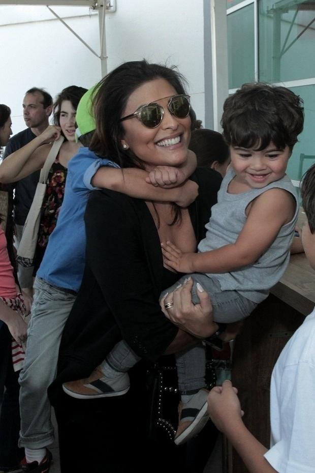 24.mai.2015 - Juliana Paes levou seus dois filhos, Pedro, de 4 anos, e Antônio, de apenas 1 ano e 10 meses, para assistir ao espetáculo