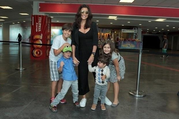 24.mai.2015 - Gabriel, Pedro, Antônio e Larissa curtiram o espetáculo ao lado da atriz global