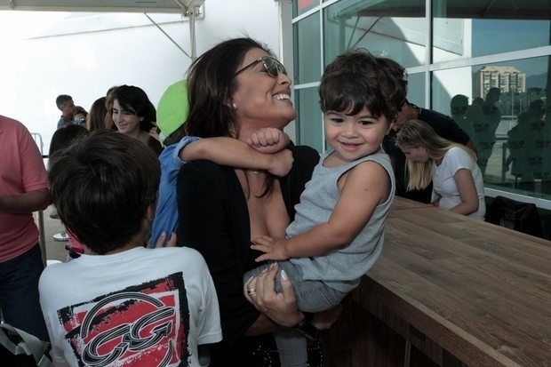 24.mai.2015 - Juliana Paes levou os filhos e os sobrinhos para assistir ao espetáculo