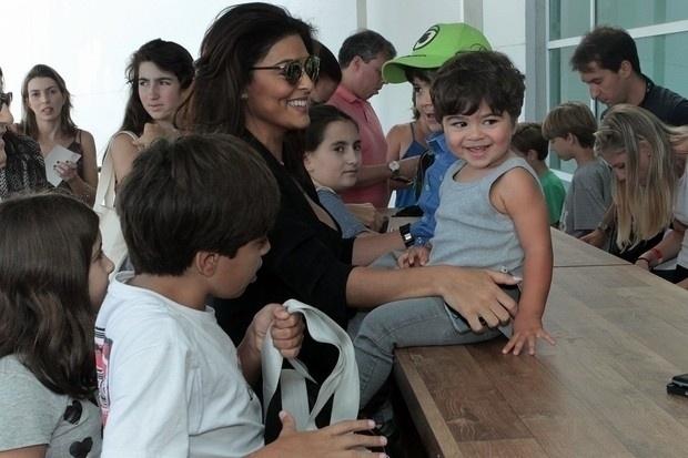 24.mai.2015 - Sorridente, Juliana Paes levou os dois filhos e os dois sobrinhos para um divertido passeio no Rio de Janeiro