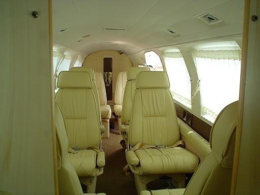 26.mai.2015 - De acordo com o portal Airway, a Embraer ofereceu três opções de cabine ao EMB 820: com 6, 8 e 10 assentos. A versão com menos bancos podia ser equipada com toalete. O espaço a bordo é apertado. O bimotor pesa 3.500 kg carregado, sendo quase 1.000 kg de carga, e tem alcance de até 1.296 km