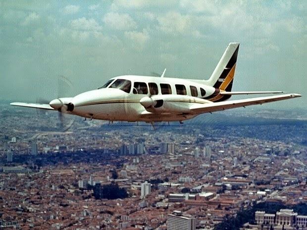 """26.mai.2015 - O Embraer 820C foi lançado no Brasil em 1976 e sua produção foi até o ano 2000. A aeronave, que ganhou o apelido de """"Navajão"""", é voltada para voos curtos a partir de pistas pequenas e com pouco apoio em solo. De acordo com especificações do fabricante, o avião precisa de 555 metros de pista para decolar e apenas 229 m para o pouso. No último domingo (24), o modelo Embraer 820C que transportava os apresentadores Luciano Huck e Angélica, mais os três filhos do casal, duas babás e dois tripulantes, teve uma pane no motor esquerdo e fez um pouso forçado em uma fazenda a 30 km de Campo Grande, em Mato Grosso do Sul."""