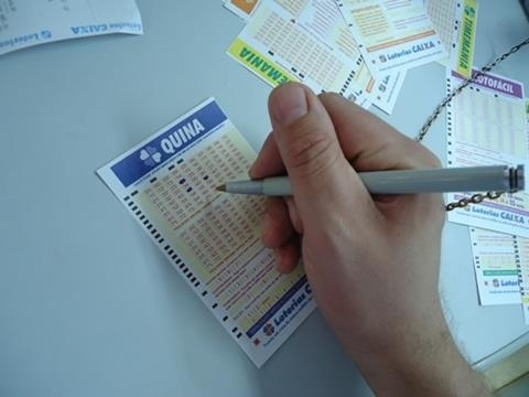 26.mai.2015 - O segundo jogo mais popular das loterias é a Quina. Para faturar nesse tipo de jogo, o apostador escolhe cinco, seis ou sete números dentre 80 disponíveis. Ganham prêmios os acertadores de três, quatro ou cinco números. É o tipo de aposta que mais tem sorteios: são seis semanais, de segunda-feira a sábado. Em cada aposta premiada, é pago 40% de parte da arrecadação por sorteio para quem acertar cinco números e 30% para quem acertar quatro números ou três. O preço mínimo da aposta é de R$ 1,50.  Em 24 de junho de 2014, sete apostas venceram o maior prêmio da história da Quina, no valor de quase R$ 105 milhões.
