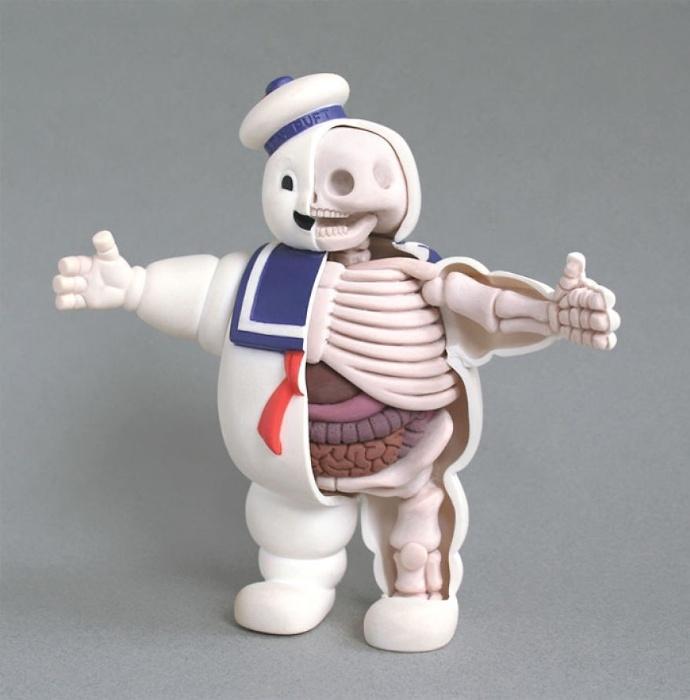28.mai.2015 - Brinquedos que fazem parte do imaginário popular ganharam esqueletos e órgãos realistas pelas mãos do designer industrial e artista Jason Freeny. O norte-americano leva até um mês para criar as esculturas, que são feitas, também,  com ferramentas de odontologia