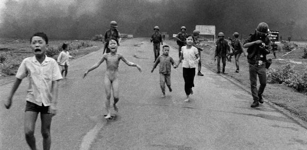 Em junho de 1972, um avião da Força Aérea Vietnamita bombardeou a vila de Trang Bang com napalm. A garota do centro, Kim Phuc, tinha nove anos, e sobreviveu