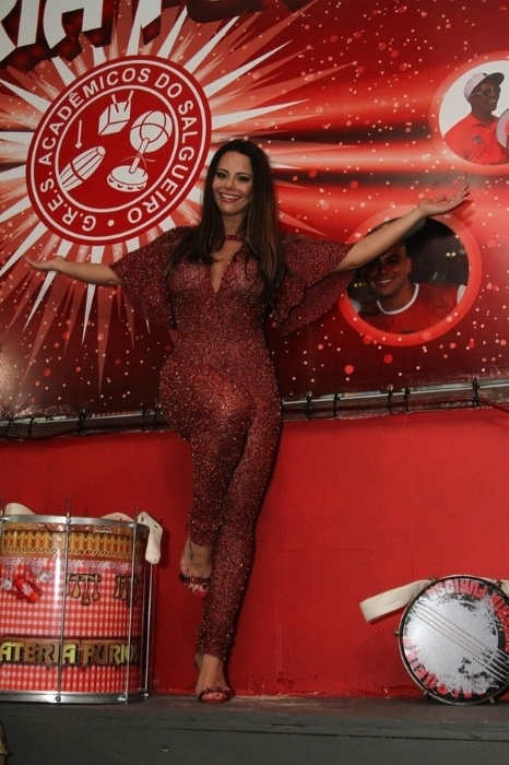 31.mai.2015 - O Carnaval de 2016 ainda está longe, mas a bela Viviane Araújo já está no clima da folia. Usando um look vermelho bem extravagante e decotado, a gata foi à quadra da escola de samba Salgueiro realizar seu primeiro ensaio como rainha de bateria